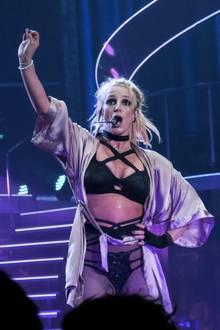 Obwohl Britney auch hier kaum etwas anhat, kommt sie bei der heißen Show natürlich ins Schwitzen.