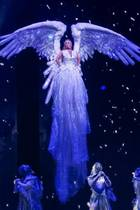 Mit einer fulminanten Show verabschiedet sich Britney Spears von Las Vegas. So angezogen wie in diesem beeindruckenden Engel-Kostüm sind ihre anderen Looks nicht...