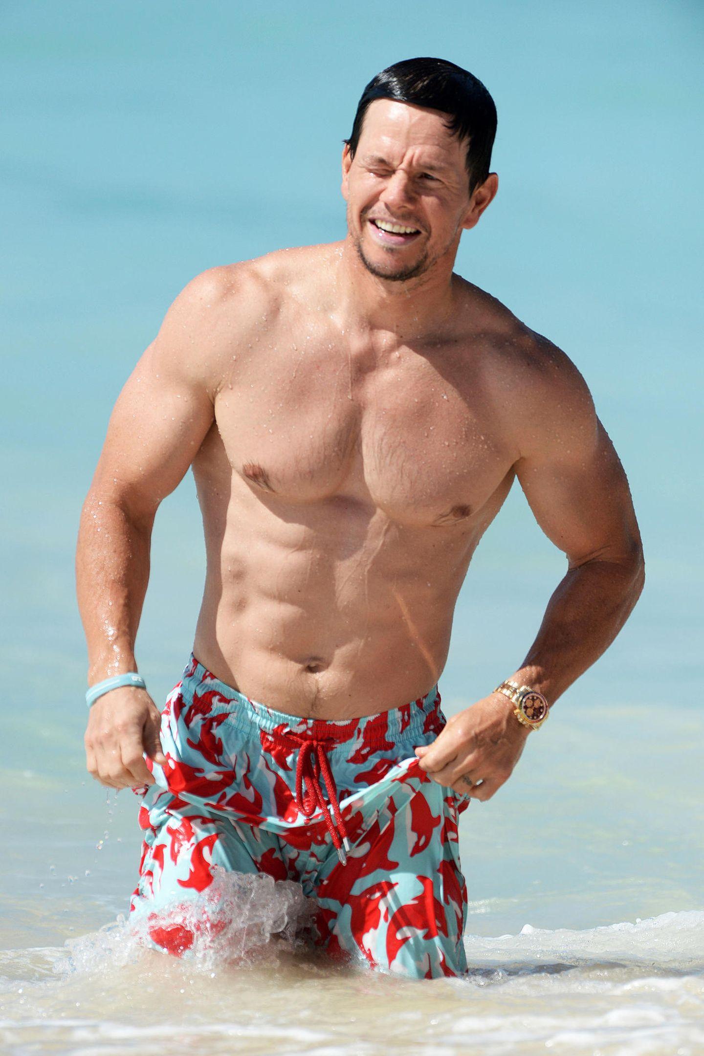 Sixpack ahoi! Mark Wahlberg genießt derzeit mit seinen Liebsten Urlaub auf Barbados. Und zeigt uns dabei, wie gut er als 46-jähriger, vierfacher Familienvater in Form ist.