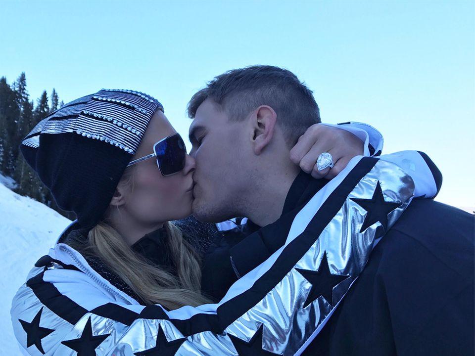 Klunker-Alarm! Paris Hilton hat von ihrem Freund Chris Zylka einen Heiratsantrag bekommen und hat Ja gesagt. Der Verlobungsring mit Riesen-Diamant im Tropfenschliff ist ziemlich beeindruckend, in der verschneiten Landschaft beim Skifahren in Aspen sollte sie den aber bloß nicht verlieren.