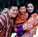 1. Januar 2018  Farbenfroh und lachend geht es ins neue Jahr in Bhutan. König und Königin posierten bereits am Nationalfeiertag mit ihrem Stammhalter für das neue Kalenderbild.