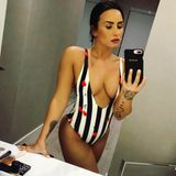 Die Kirschen auf Demi Lovatos Badeanzug dürften wohl nur den wenigsten ihrer Instagram-Fans aufgefallen sein. Beim Anblick ihres XL-Dekolleté ist das allerdings auch nicht verwunderlich.