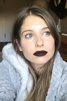 Während Cathy Hummels sonst eher auf ein unauffälligeres Make-up setzt, zeigt sie sich auf diesem Foto mit einem tiefroten Lippenstift. Und dieses Posting hat eine ganz besondere Bedeutung ...