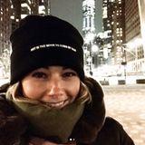 Dem Spruch auf ihrer Mütze zu Folge hat Helene Fischer keine Lust sich die Haare zu kämmen. Bei aktuellen -6 Grad in New York macht es auch auf jeden Fall mehr Sinn sich warm einzupacken, anstatt auf die Frisur Rücksicht zu nehmen.