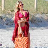 Ein neuer Tag, ein neues Strand-Outfit: Über ihrem knallroten Bikini trägt Sylvie eine rote Spitzentunika. Auch die Sonnenbrille wechselt täglich, an diesem Tag trägt sie eine farblich abgestimmte, rote Brille.