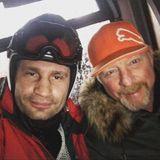 3. Januar 2018  So ein Zufall aber auch: Während seiner Gondelfahrt Richtung Skipiste trifft Boris Becker auf seinen Freund Vitali Klitschko. Das muss natürlich sofort mit einen fröhlichen Selfie gefeiert werden.