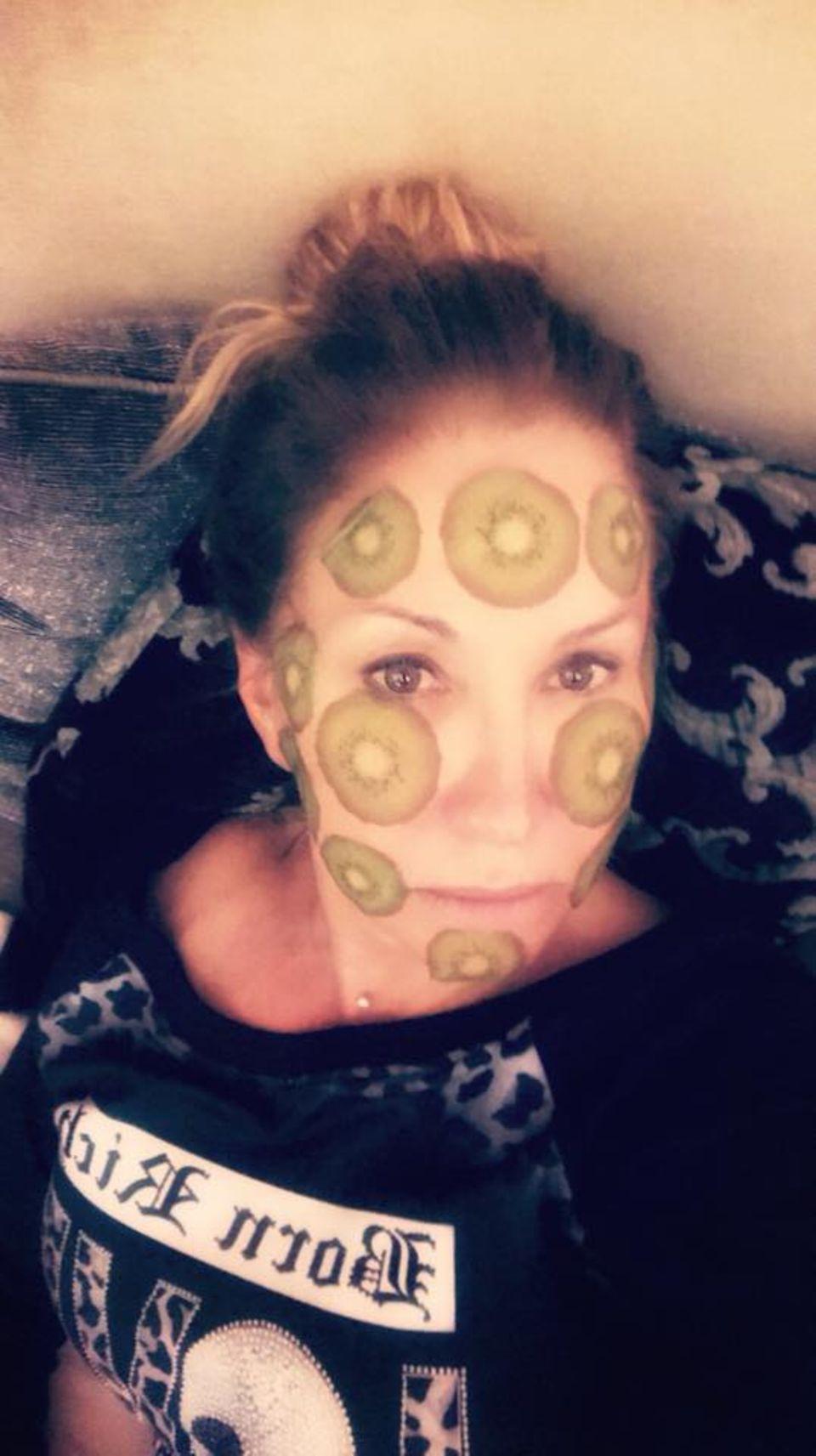 """3. Januar 2018  """"Heute mal eine Kiwi Maske im neuen Jahr! Damit ich 2018 noch aussehe wie 2017!"""", postet eine mit Kiwischeiben überklebte und ungeschminkte Carmen Geiss."""