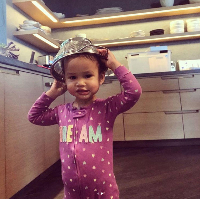 29. Dezember 2017  Einfach zu niedlich: Tochter Luna hilft Mama Chrissy Teigen in der Küche aus; mehr oder weniger zumindest.