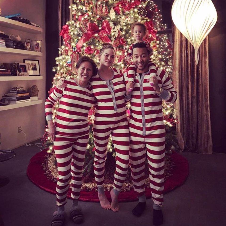 3. Januar 2018  Für diese Familie ist Weihnachten noch lange nicht vorbei: Vor dem pompösen Weihnachtsbaum stehen Chrissy Teigen (m.), John Legend mit Tochter Luna auf den Schultern und Chrissys Mutter Vilailuck Teigen (l.) in niedlichem Partner-Pyjama-Look.
