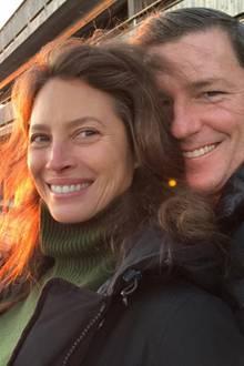 Supermodel Christy Turlington feiert ihren 49. Geburtstag mit diesem Sonnenuntergangs-Selfie, der sie und ihren Ehemann Edward Burns zeigt. Neben den strahlenden Gesichtern der beiden, fällt vor allem Christys natürliche Schönheit ins Auge.