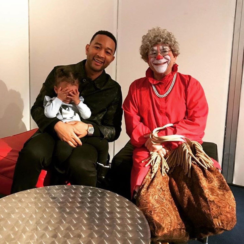 17. Dezember 2017  Töchterchen Luna kann mit dem merkwürdigen Weihnachts-Clown nichts anfangen, auch nicht mit Papa John Legend als Unterstützung.