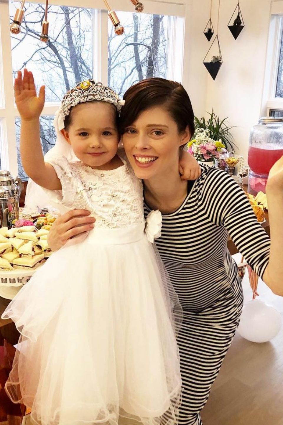 26. Dezember 2017  Prinzessinnenball im Hause Rochas. Die Königliche Hoheit Ioni, Tochter des Models Coco Rocha hat geladen. Eure Majestät bitte zu Tisch!