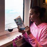Es geht doch nichts über ein gutes Buch und ein Glas Rotwein, oder? Wieso Josephine Skriver bei dieser Aussicht ihre Nase lieber in ihr Buch steckt, wissen wir allerdings nicht.