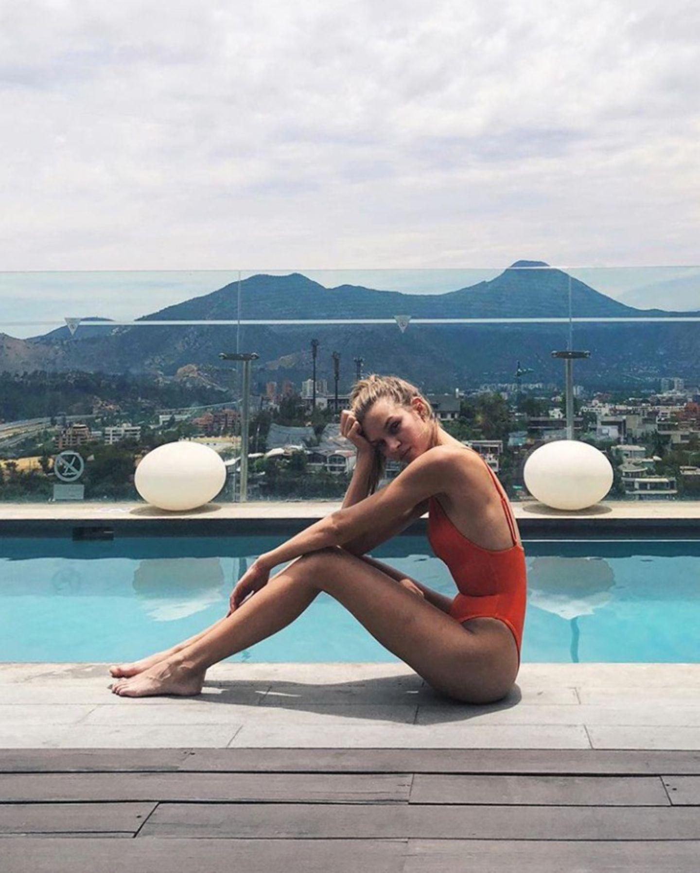 Mit diesem sonnigen Pool-Foto verabschiedet sich Josephine Skriver kurz vor Beginn der Reise von den warmen Temperaturen in Santiago Chile.