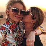 """""""Happy new Year!"""", postet Bloggerin Caro Daur. Mit einem Küsschen von der Mama startet die hübsche Blondine in Dubai ins neue Jahr."""