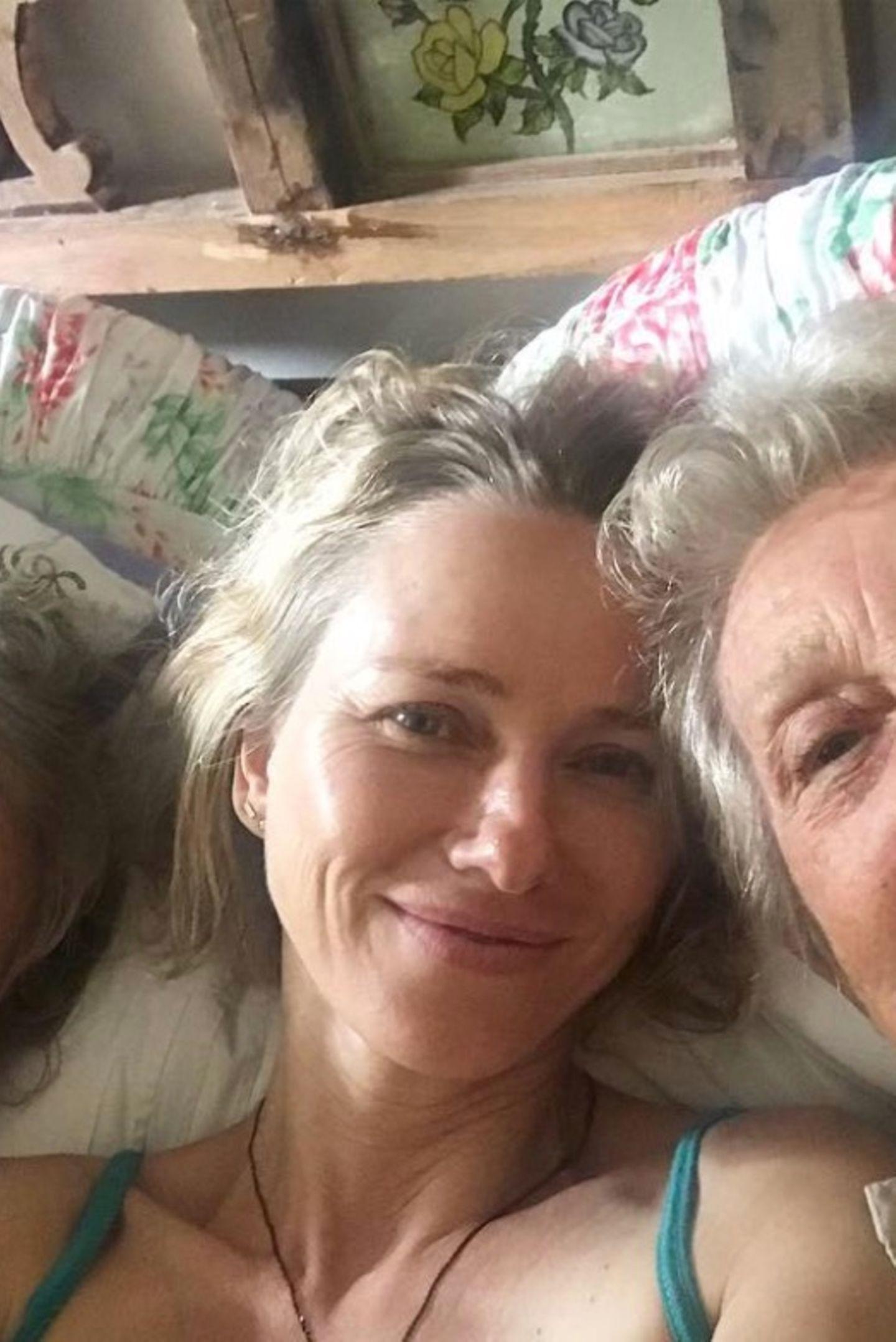 Drei Generationen auf einem Bild. Schauspielerin Naomi Watts kuschelt mit Mama, hier links auf dem Bild und Oma auf der Couch. Nach dann frohe Weihnachten!