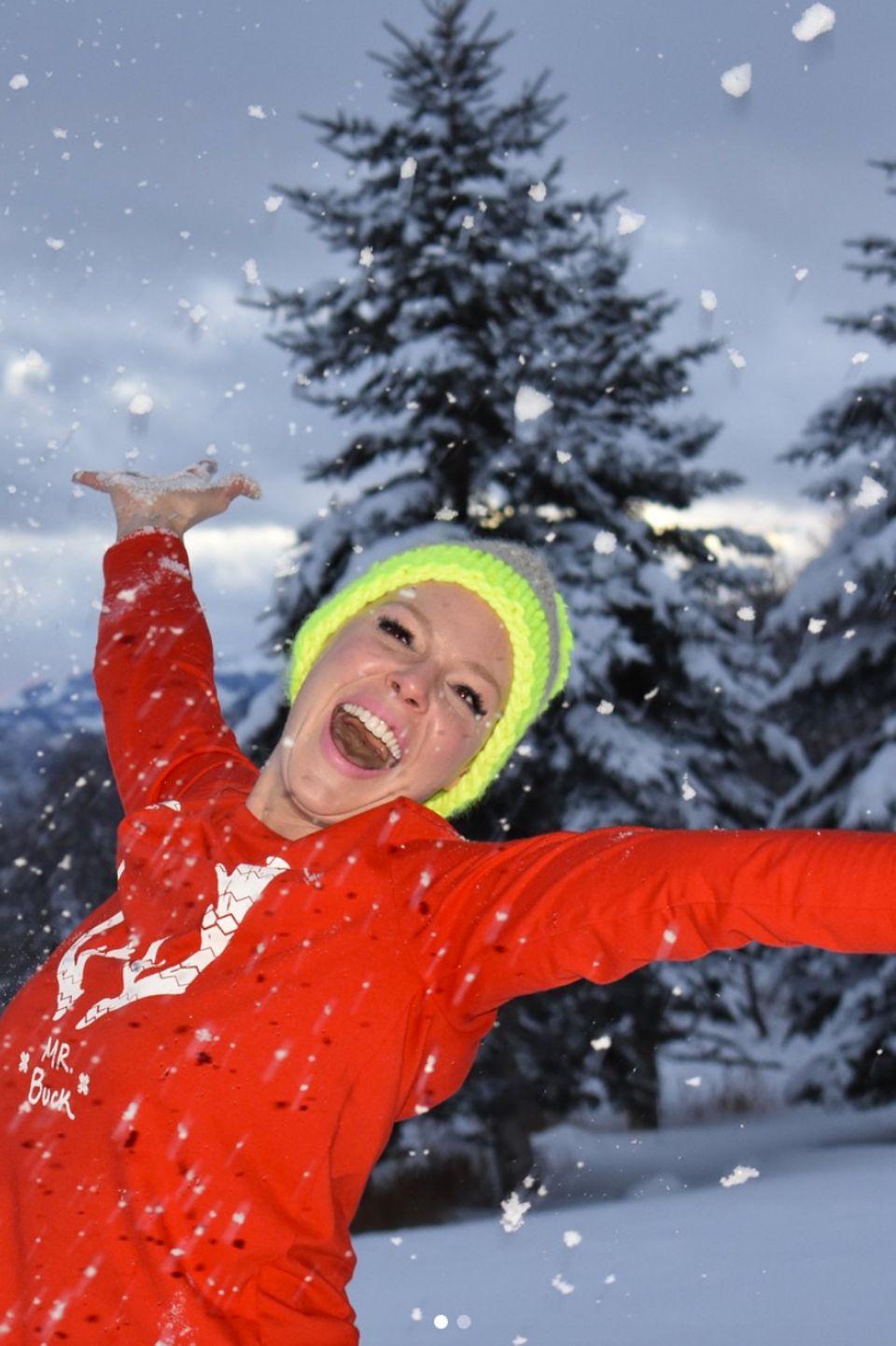 Schauspielerin Katherine Heigl sendet fröhliche Grüße aus dem Schneegestöber.