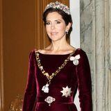 2012 zeigt sich Prinzessin Mary mit einer leichten Variante des Rubin-Sets beim Neujahrsempfang. Sie trägt das Diadem, die kurzen Ohrringe, verzichtet auf das Collier und hat die Brosche zur Gürtelschnalle umfunktioniert.