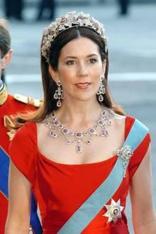 Einen Tag vor ihrer Hochzeit, am 13. Mai 2004, darf Mary Donaldson zum ersten Mal die Rubin-Parure tragen.  Zum roten Kleid kombiniert sie damals Brosche, Collier, die langen Ohrringe und das Diadem.  Im Laufe der Jahre lässt sich das hochkarätige Set ein wenig umbauen und passt es ihren Bedürfnissen nach Wandel- und Kombinierbarkeit an. So wurde unter anderem die Form des Diadems mehr der Kopfform der neuen Trägerin angepasst. Die Ohrringe lassen sich inzwischen mit hellen und dunklen Perlen und in einer längeren und kürzeren Variante anstecken.