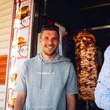 """Die Eisdiele scheint Lukas Podolski jedoch nicht genug. Nun beteiligt er sich an einem Döner-Restaurant. """"Mangal Döner"""" öffnet am 6. Januar 2018 in der Bonner Straße 1 in Köln seine Pforten."""