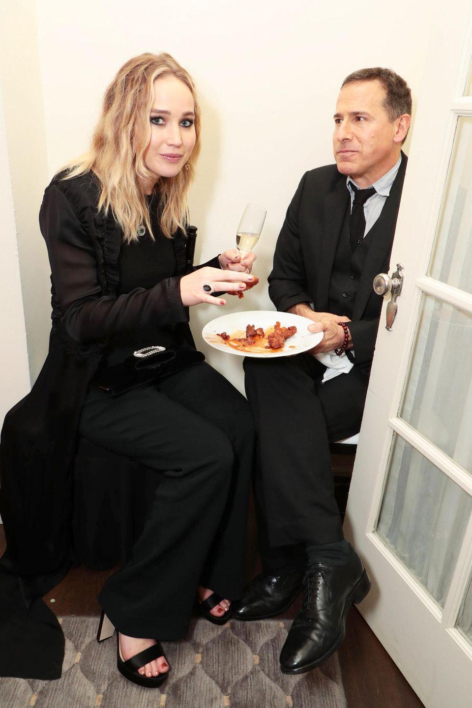 Erwischt: Bei einer Party in Los Angeles überkommt Jennifer Lawrence der Heißhunger.
