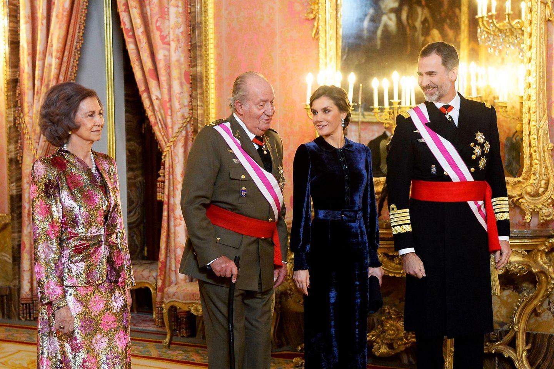 6. Januar 2018  Mit dem traditionellen Neujahrsempfang hat das Jahr 2018 für Königin Letizia und König Felipe von Spanien offiziell begonnen. Zum ersten Mal seit 2014 nehmen auch Königin Sofia und König Juan Carlos teil. Die traditionelle Militärparade vor dem Madrider Königspalast musste allerdings wegen starken Regens ausfallen.