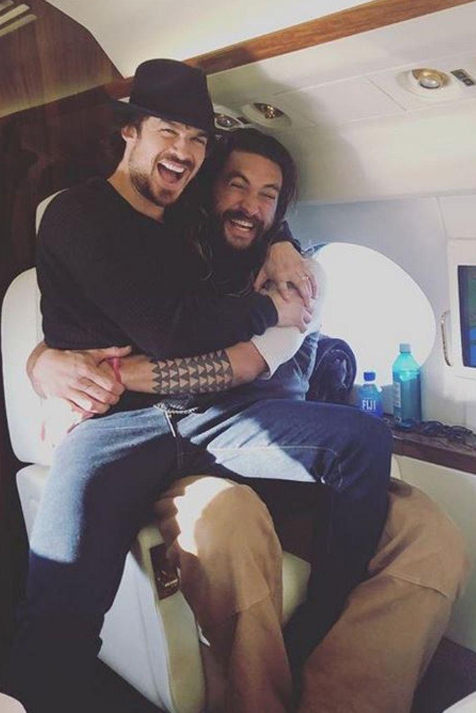 """Ian Somerhalder und Jason Momoa  Mit einigen Kumpels macht sich Ian Somerhalder auf den Weg zur """"Wizard World"""" in New Orleans und nimmt auf der Reise auf dem Schoß von Jason Momoa Platz."""
