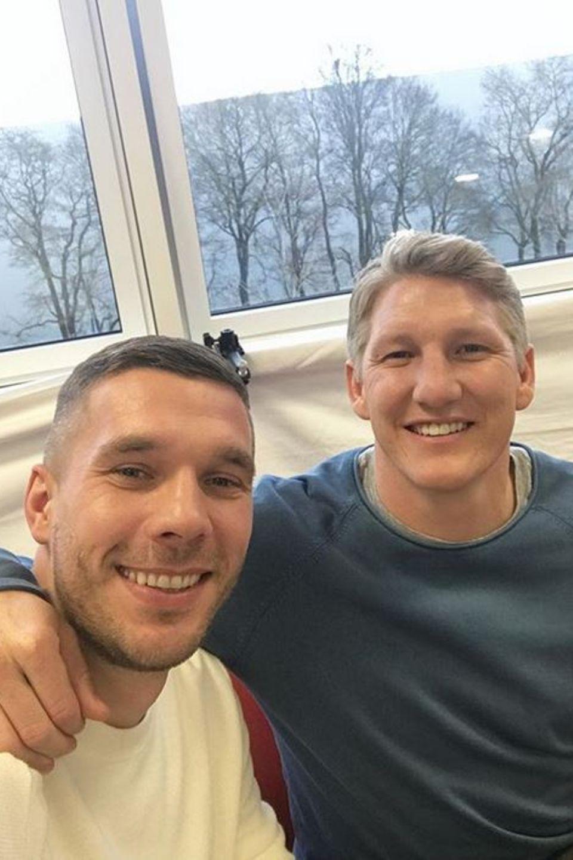 """Lukas Podolski und Bastian Schweinsteiger  Endlich wieder vereint: Lukas Podolski teilt auf Instagram ein neues Foto von sich und Kumpel Bastian Schweinsteiger und schreibt """"REUNION"""" dazu."""