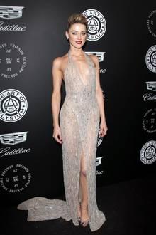 """Bei der """"The Art Of Elysium Heaven Charity Gala"""" in Los Angeles zieht Amber Heard in diesem sexy Abendkleid alle Blicke auf sich. Neben dem tief ausgeschnittenenDekolleté und dem hohen Beinschlitz scheint ihre Glitzer-Robe zudem komplett transparent zu sein."""