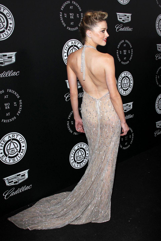 Ein schöner Rücken kann auch entzücken: Besonders von hinten erweckt das Kleid von Amber Heard den Anschein, als hätte die Schauspielerin ihren Körper lediglich mit einem transparenten Hauch von Stoff verhüllt.