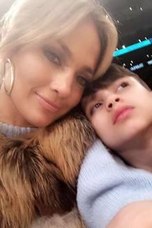 6. Januar 2018  Sohn Max kuschelt sich während des Spiels für ein Foto an Mama J. Lo.