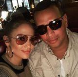 30. Dezember 2017  Auch wenn es in der Location eher dunkel ist, behalten Jennifer Lopez und Alex Rodriguez für das coole Pärchen-Selfie die Sonnenbrillen lieber auf.