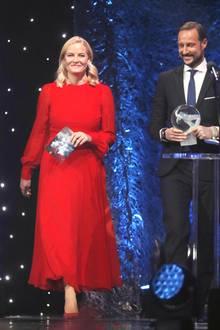 6. Januar 2018  Wie ein Model schreitet Prinzessin Mette-Marit bei bei der Sportgala im Hamar Olympicstadion ganz in Rot auf die Bühne und zieht damit nicht nur die bewundernden Blickes ihres Mannes Prinz Haakon auf sich.