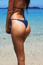 Sara Sampaio schickt knackige Urlaubsgrüße von den Fidschi-Inseln und nicht nur der Blick auf das blaue Wasser im Hintergrund macht uns neidisch.