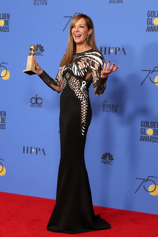 """Abwechslung in Schwarz-Weiß: Allison Janney posiert mit ihrem Golden Globe für """"I, Tonya""""."""