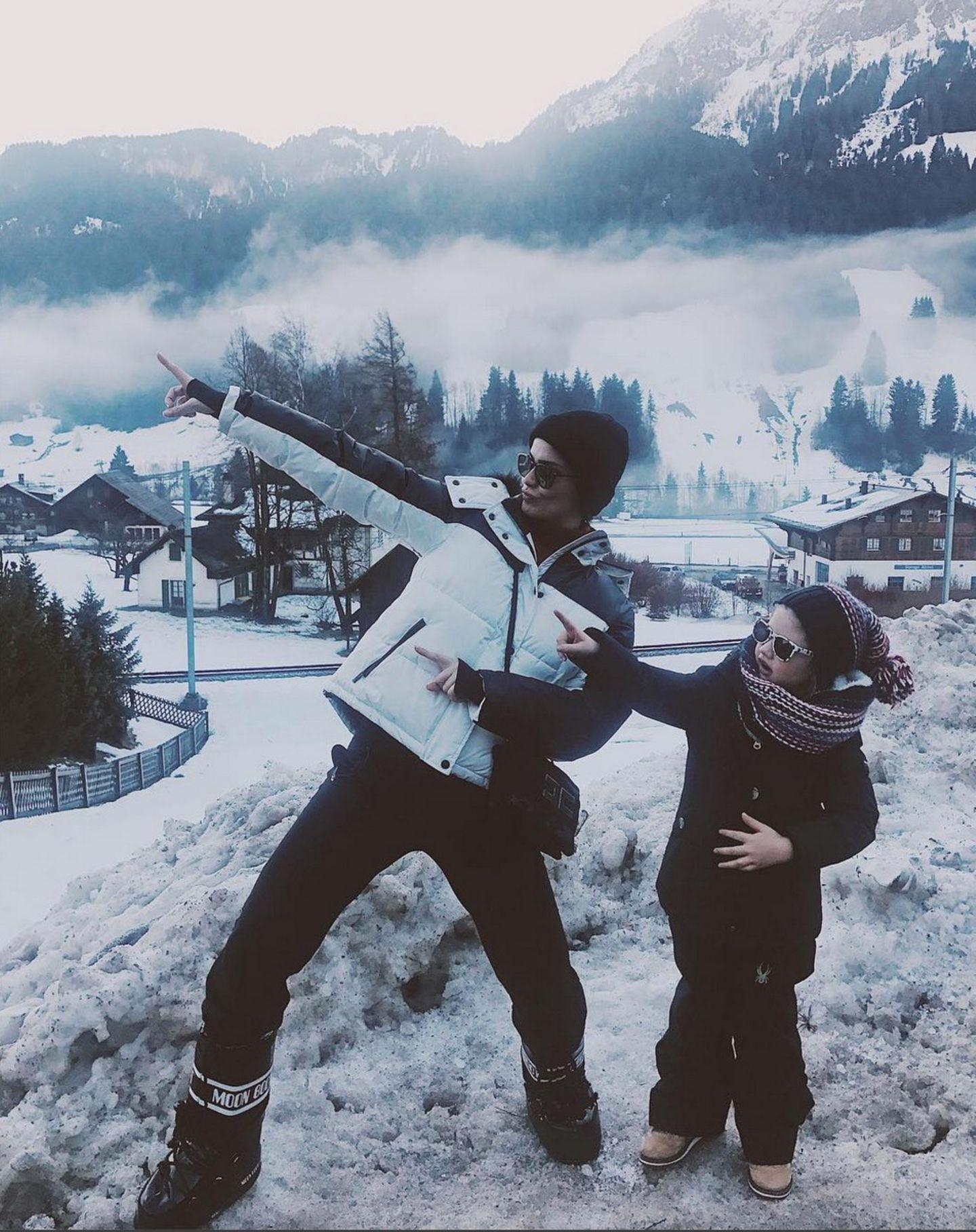 """""""Ain't no mountain high enough"""", postet Model Shermine Shahrivar mit Tochter Aurelia Dahlia aus dem Familienurlaub im schweizerischen Gstaad."""