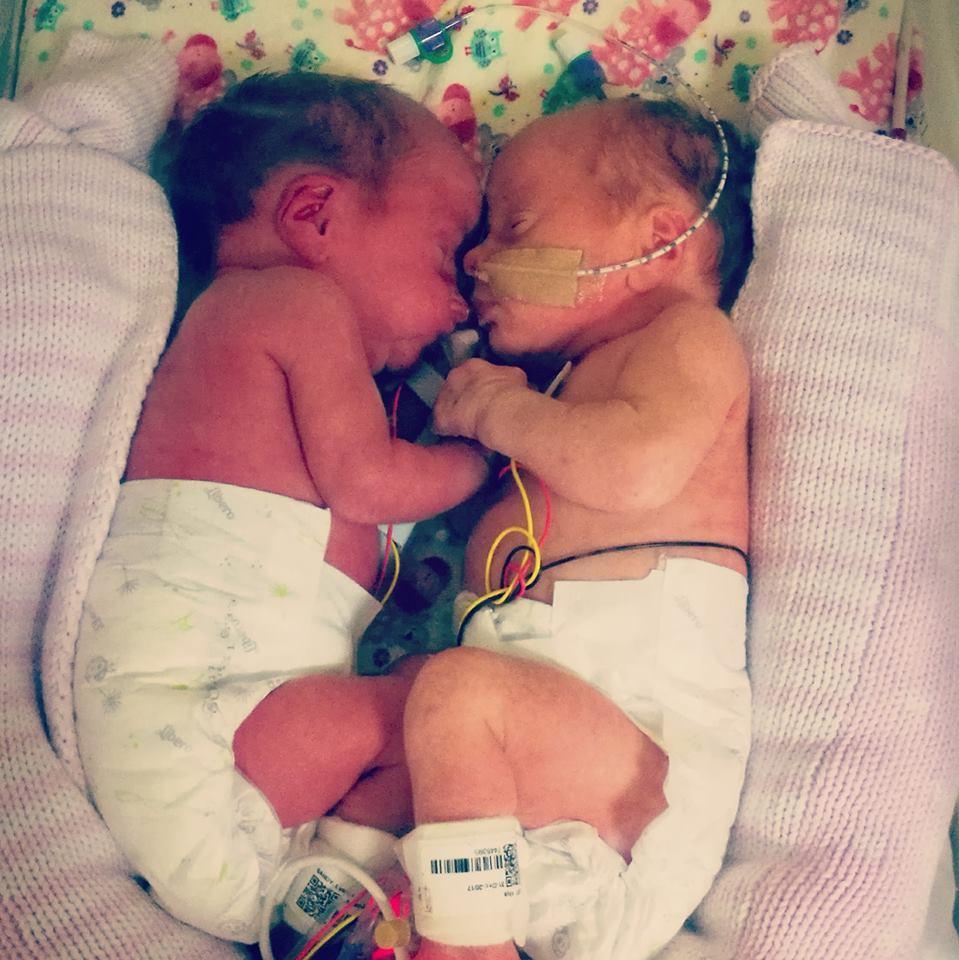Die Zwillinge Aliya Grace und Lyarna Rosa