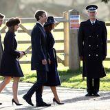 """Pippa Middleton und ihr Mann James Matthews begleiteten die Royal Family am Sonntag zu einem Gottesdienst in Sandringham. Pippa wählte den dunkelblauen """"Clarendon Coat"""" des Londoner Labels """"The Fold"""" für umgerechnet 480 Euro. Dazu kombinierte sie einen dunkelblauen Fedora Hut mit Sternchen von Hutmacherin Jess Collett."""