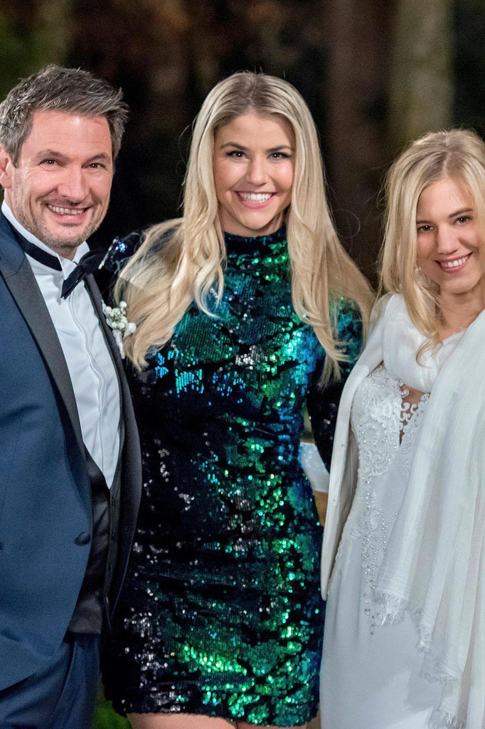 Dieter Bach (l.) und Larissa Marolt (r.) freuen sich bei ihrer Tv-Hochzeit über Besuch von Beatrice Egli (Mitte)