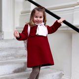8. Januar 2018  Da freut sich aber jemand über seinen ersten Tag im Kindergarten: Prinzessin Charlotte posiert süß wie eh und je, bevor es endlich in die Kita geht.