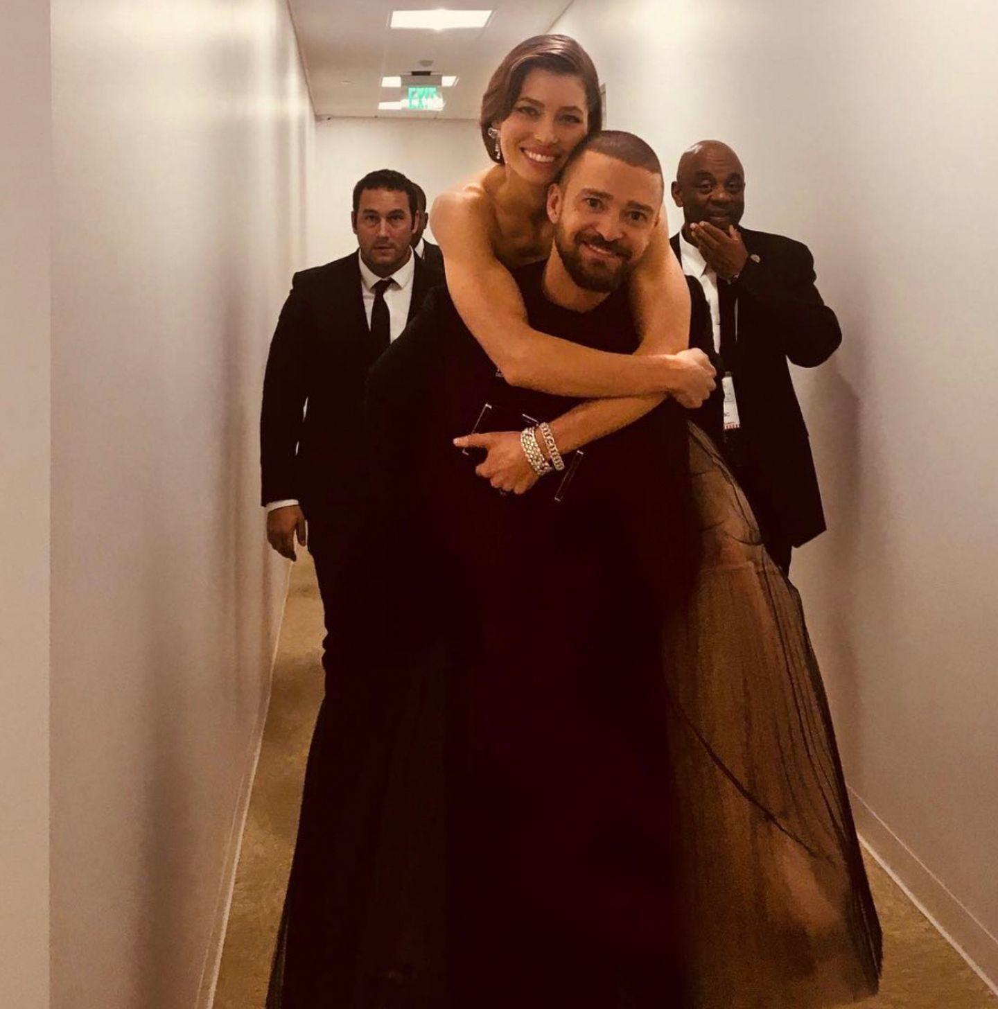 9. Januar 2018  Wie romantisch! Justin trägt seine Jessica auf Händen, nein Quatsch Huckepack. Zum dahinschmelzen die beiden Turteltauben.