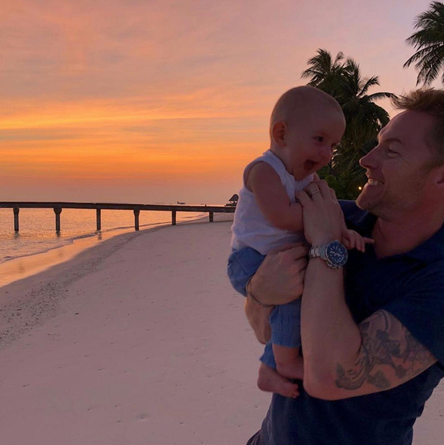 26. Dezember 2017  Kitzelattacke! Papa Ronan und Söhnchen Cooper genießen die gemeinsamen Momente auf den Malediven.