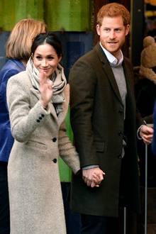9. Januar 2018   Endlich mal wieder ein öffentlicher Auftritt des frisch verlobten Paares. Hand in Hand begeben sich Meghan Markle und Prinz Harry ins Gebäude eines Radiosenders.