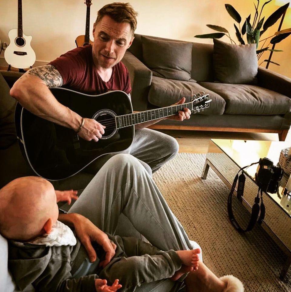 26. Oktober 2017  Entspannung am Nachmittag mit dem kleinen Cooper. Papa Ronan singt dazu ein Lied. Chilliger kann es wohl kaum sein.