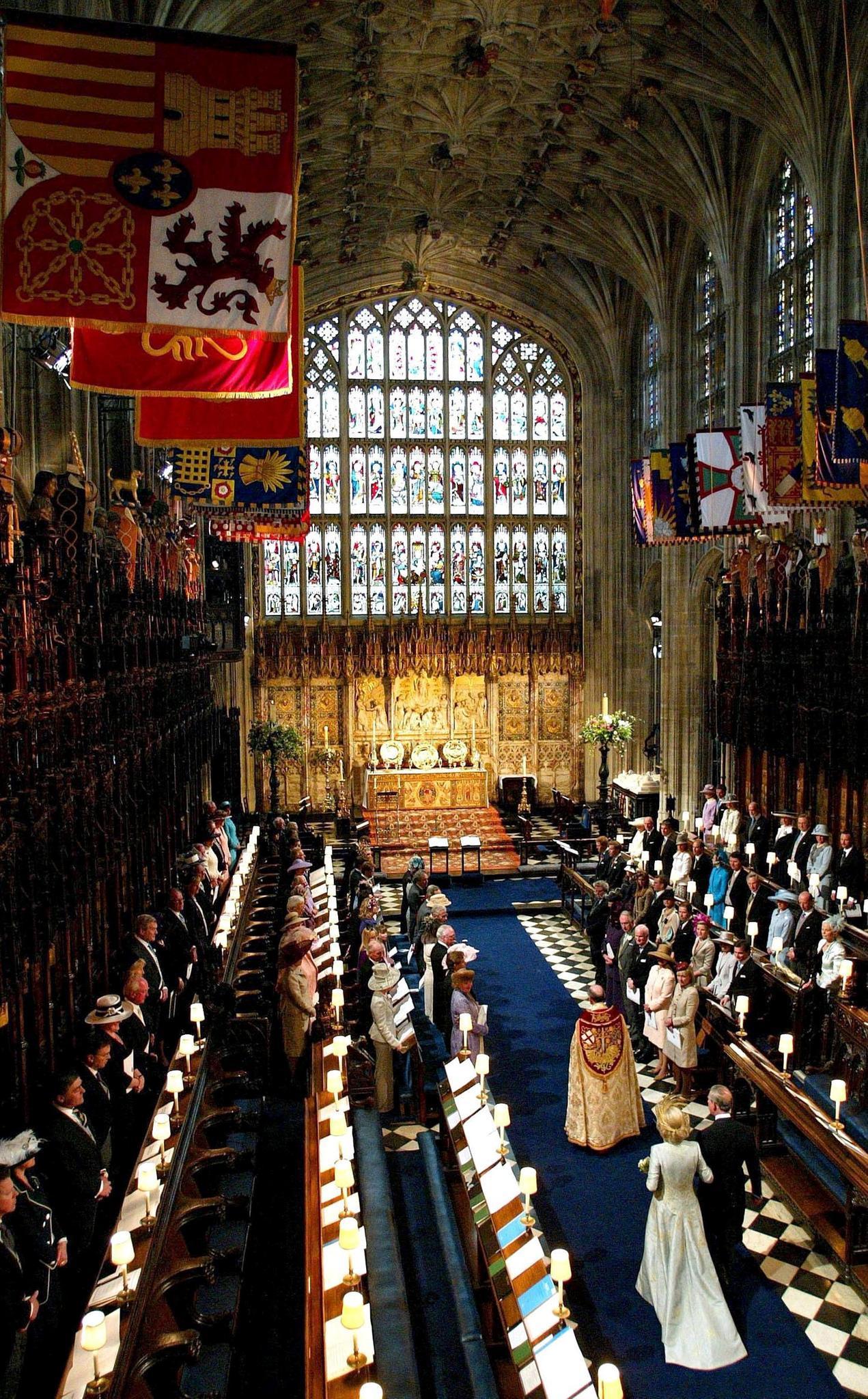 """Ein Blick in die """"St Georges Chapel"""": 2005 lassen sich Prinz Charles und seine Braut Camilla Parker-Bowles (rechts unten) hier vom Erzbischof von Canterbury segnen. Rechts vom Altar hat zu diesem Anlass die königliche Familie Platz genommen."""
