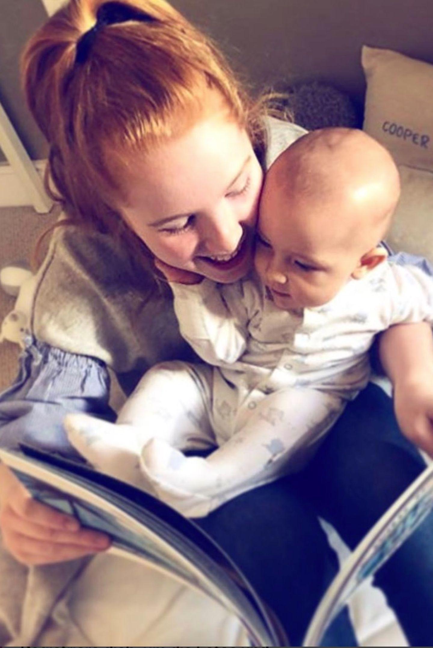 30. November 2017  Zuckersüß! Die große Schwester Ali Keating liest dem kleinen Cooper eine Geschichte vor.