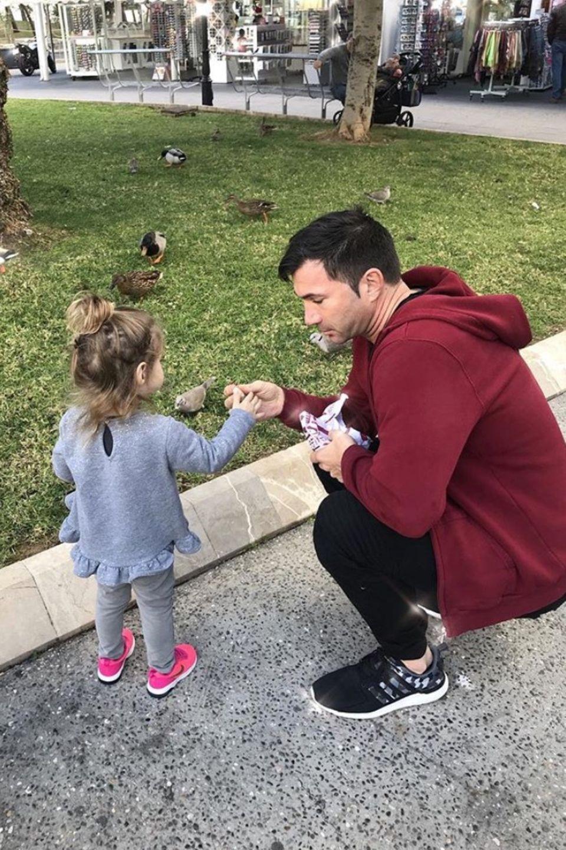 24. Dezember 2017  Papa Lucas geht mit Töchterchen Sophia noch schnell Enten füttern, bevor es zur Bescherung geht.