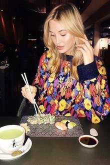 Die ehemalige GNTM-Teilnehmerin Mandy Bork freut sich über lecker Sushi.
