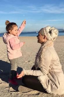 9. Januar 2018  Schöne Momente in der Katzenberger Familie. Mama Daniela mit Töchterchen Sophia am Strand.