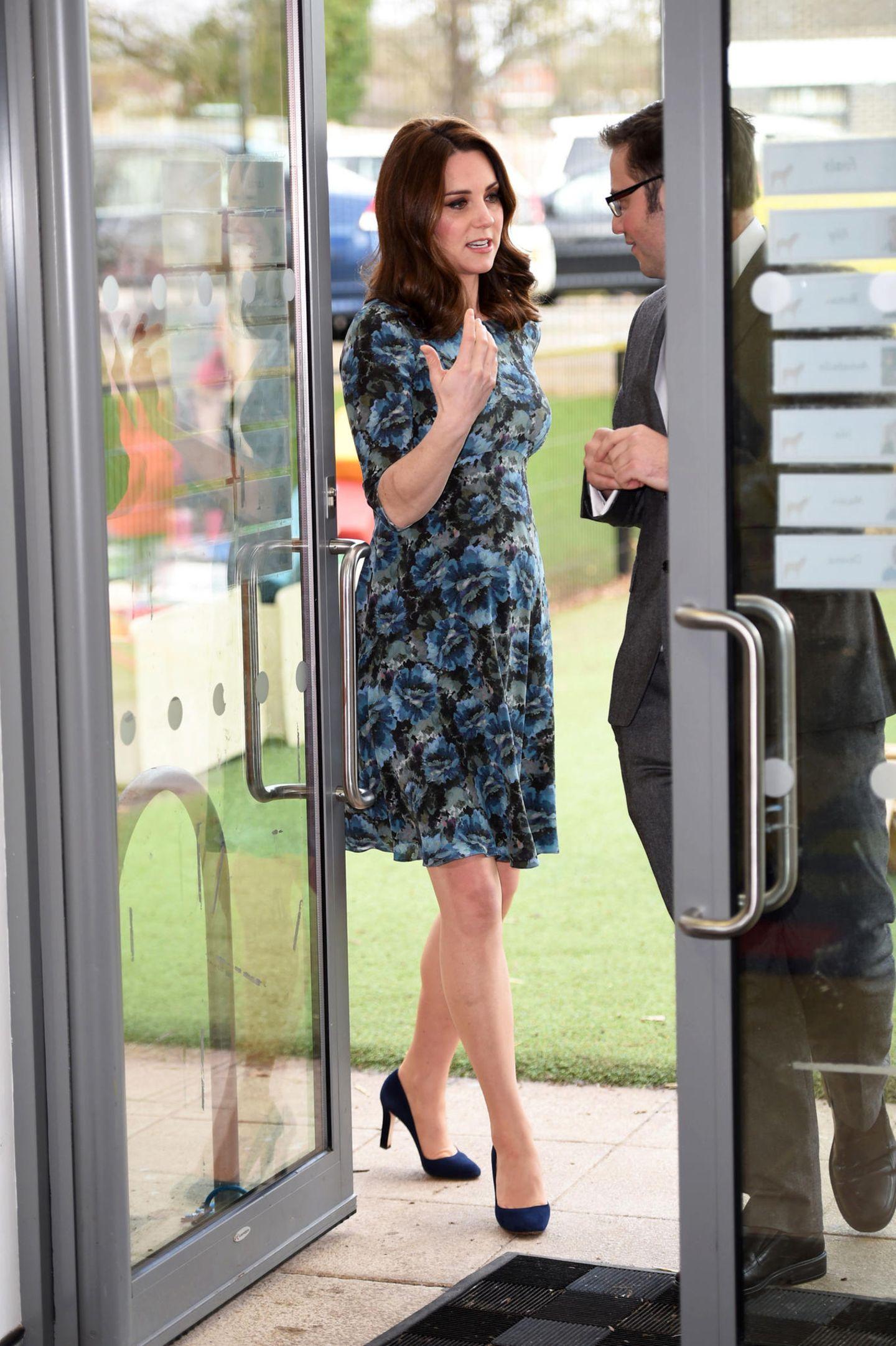 Denn Catherine entschied sich für ein blumiges Kleid in Blautönen des Labels Seraphine für schlappe 74 Euro. Es ist ein Umstandsmoden-Kleid, welches sie bereits während der Schwangerschaft mit Prinzessin Charlotte trug.